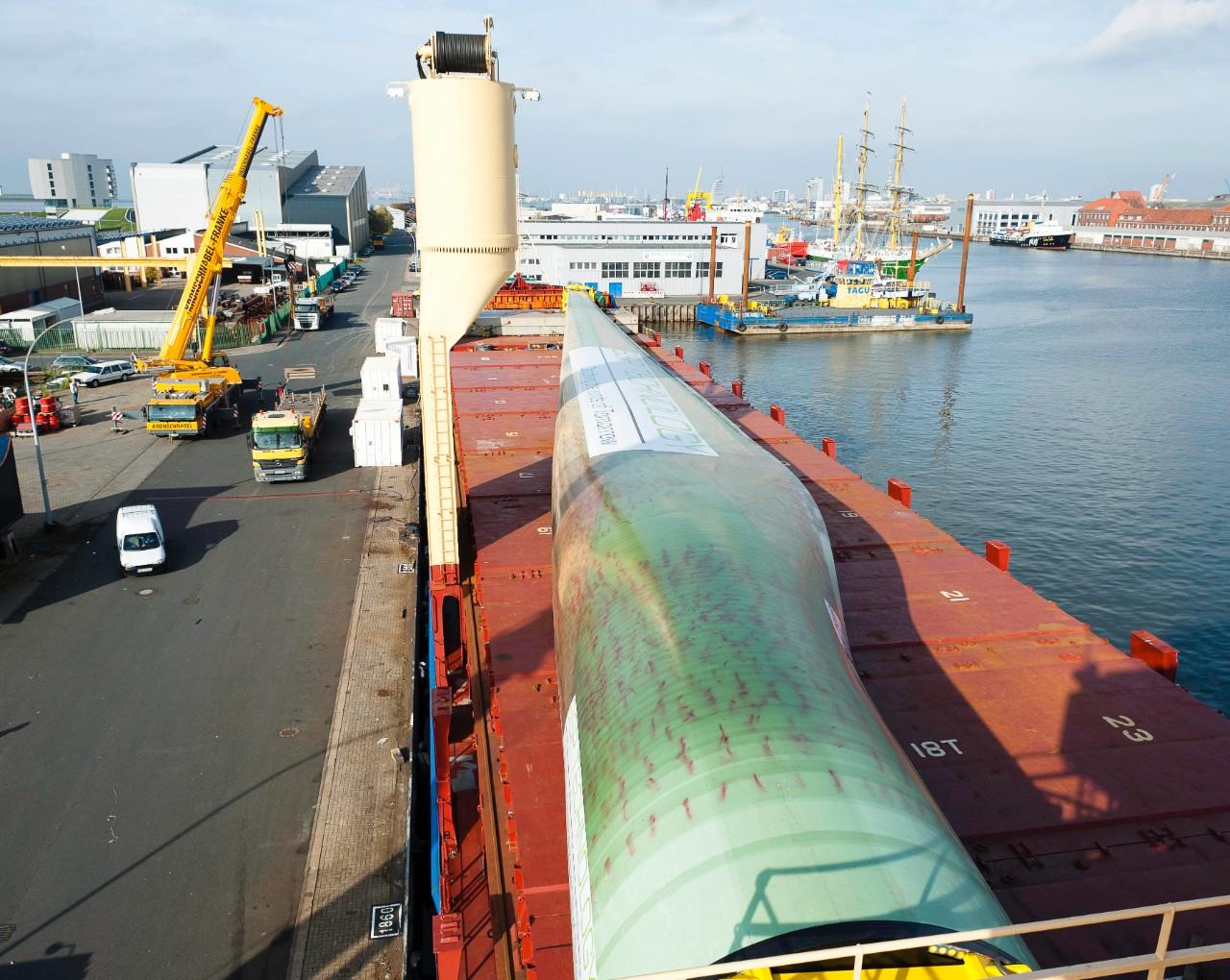 Nur ein kurzer Weg für das weltgrößte Rotorblatt vom Schiff zu den Testhallen. © Fraunhofer IWES, Dieter Hergeth