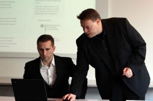 Michael Sparenberg(r.) und Wojciech Pala(l.) stellen das IKS-Portal vor / Quelle: Institut für Internet-Sicherheit