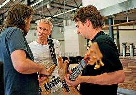 U2-Bassist Adam Clayton in Markneukirchen, als er sich sein persönliches Instrument abgeholt hat / Warwick