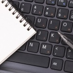 Dokumentenführung, Tastatur. Papier, Stift, Digitalisierung, digital