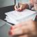 Girl writing a Project-To-Do, CRM, Kundenbeziehungsmanagement, Kunden behalten