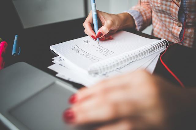 Girl writing a Project-To-Do, CRM, Gender Pay GapKundenbeziehungsmanagement, Kunden behalten