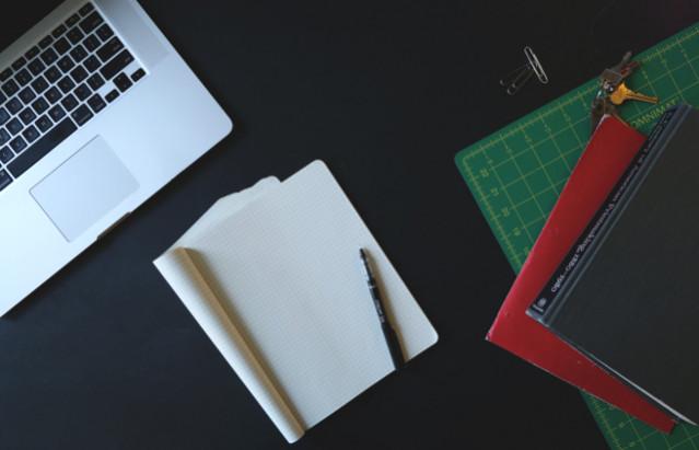 Schreibtisch, PC, Mac, Büroklammer, Stift, Block, Bücher, Schlüssel