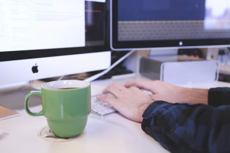 programmieren, arbeiten, tippen, tastatur, kaffee, arbeiten, arbeitsplatz, moderner arbeitsplatz, flexibles arbeiten