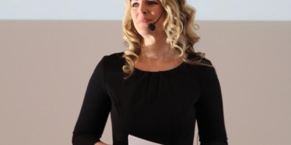 Margit Lieverz übernahm die Moderation des Feminess Buisness Kongress (Bild: © Claudia Zesewitz / Fomaco GmbH)