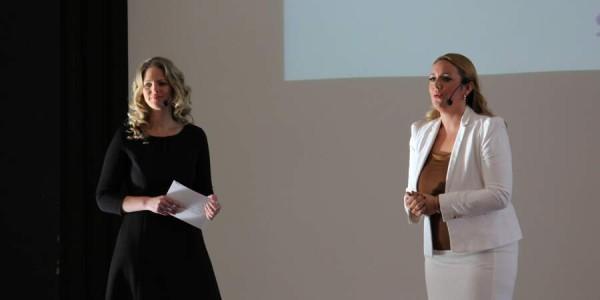 Begrüßung durch Marina Friess und Margit Lieverz (Bild: © Claudia Zesewitz / Fomaco GmbH)