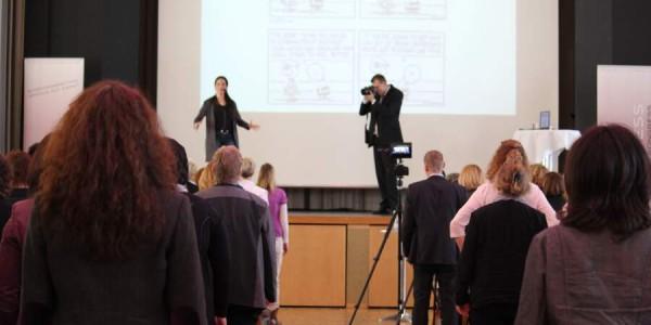 Julia Kamenik aktiviert das Publikum des Feminess Business Kongress (Bild: © Claudia Zesewitz / Fomaco GmbH)