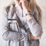 Junge Frau im grauen Sweatshirt kann ebenfalls Chef sein