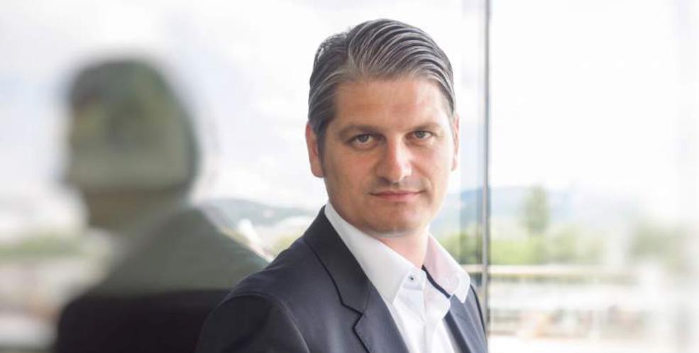 Herzschlag im Verkauf, Markus Kroner vor einer Glaswand