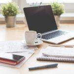 Unterlagen fuer die Buchhaltung auf dem Schreibttisch zurechtgelegt, Arbeitsplatz mit Unterlagen und Notebook