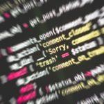 Bildschirmonitor auf dem Programmcodes fuer Ransomware zu sehen sind