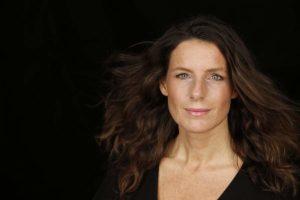 Foto von Katharina Pommer im schwarzen Oberteil, der Expertin für die weibliche Kraft des Erfolges