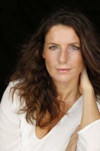 Foto von Katharina Pommer im weissen Oberteil, der Expertin für die weibliche Kraft des Erfolges