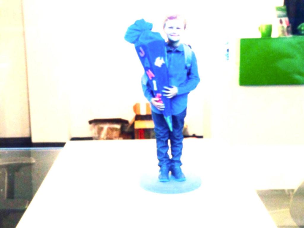 Kind mit Schultuete posiert fuer ein Foto die Schule als Raum der befremdlich wirkt