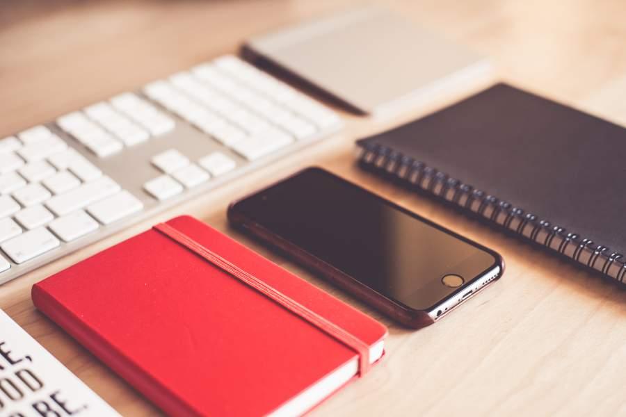 Notibuch, Smartphonen und Kalender, um sich einen wichtigen Termin einzutragen