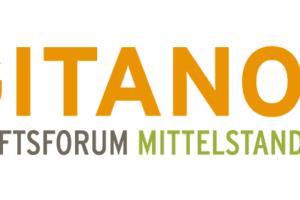 Mann blickt von oben auf eine Weggabelung Metapher fuer machtvolle Menschen die wichtige Entscheidungen zu treffen haben