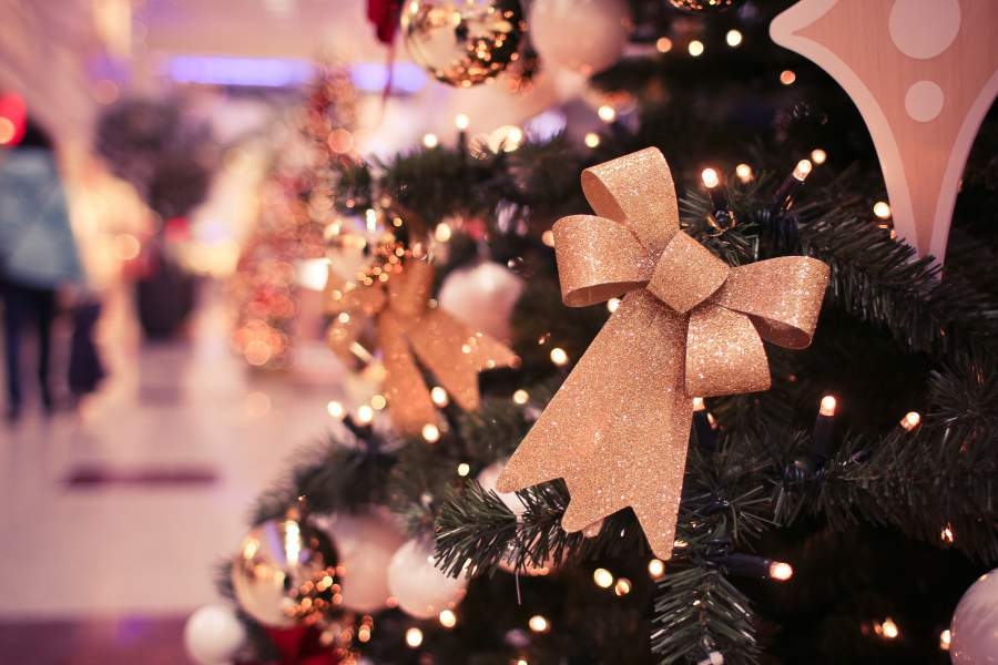 Tannenbaum mit Weihnachtsschmuck und Lichterkette in Grossaufnahme auch Weihnachten 2016 wird noch unter einem echten Baum gefeiert
