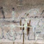Betonwand mit Graffiti Symbol fuer eine Gegen, die menschenleer ist