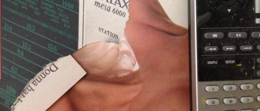Zerrissene Zeitschrift vor altem Radio und Fernbedienung das Alte kommt wieder und veraendert die Wirklichkeit