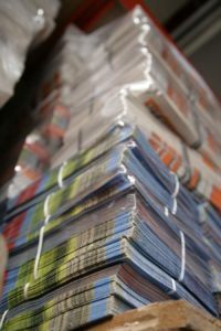 Papier-Stapel-Papierstapel-Auflage-Auflagenzahl-Print-Printmedien-Werbung-Flyer-Prospekte-Prospektverteilung