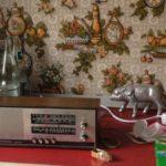 Altes Telefunkenradio vor Tapete als ob das wirklich wirklich waere