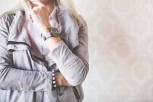 girl fashion pose with gray watches and suede jacket eine abteilungsleiterin, die beliebter ist und somit mehr erfolg hat
