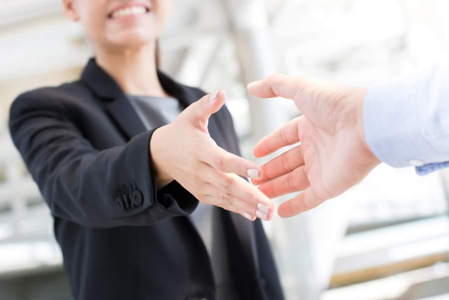 Handedruck, Handshake, Geschäftsfrau, Geschäftsmann, Geschäftskontakt, Netzwerk, professionell Netzwerken erlernen