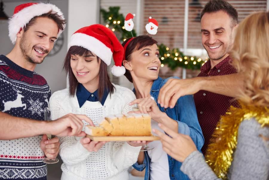 Betriebsfeier, Kuchen, Mitarbeiter, Weihnachtsdekoration, Kuchen, Weihnachtsstollen, Sekt, Weihnachtsfeier planen, Planung der Weihnachtsfeier, Gruppe, Männer, Frauen