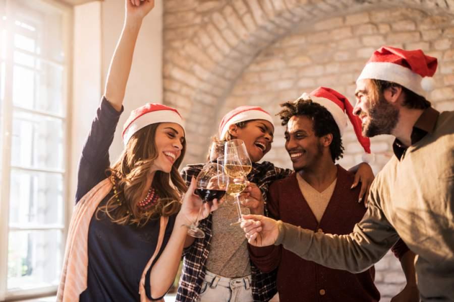 Anstoßen, Weihnachtsfeier, Wein, gute Laune, Gruppe, Jubel, Weihnachtsfeier planen, gelungene Planung der Weihnachtsfeier