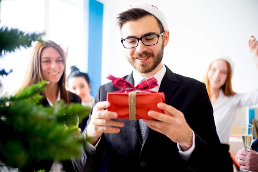 Weihnachtsfeier planen, Geschenk, Mitarbeiter, Mann, eingepackt, Neugier, Christbaum, Weihnachtsbaum, Gruppe, Planung der Weihnachtsfeier