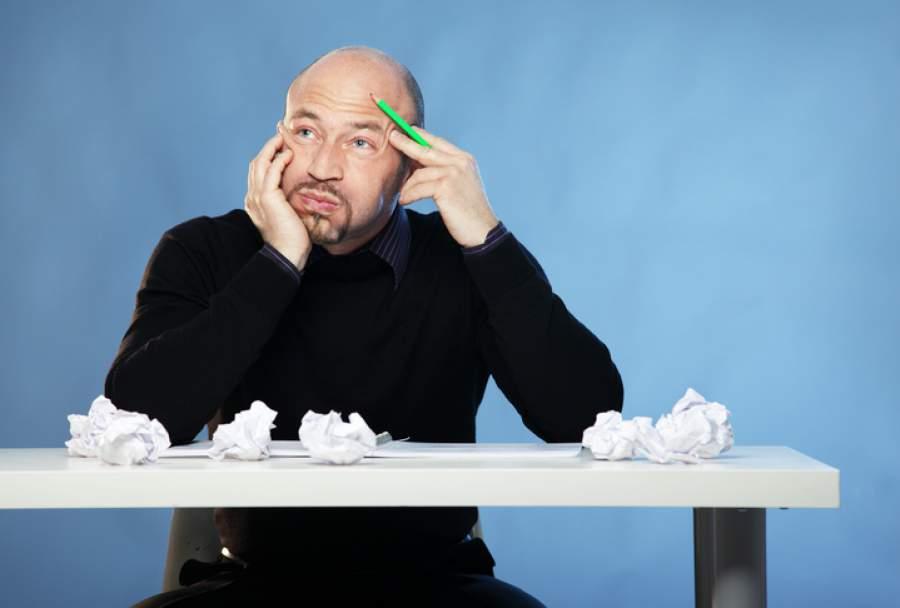 Mann, Papier, zerknüllt, Stift, Schreibtisch, Ideensuche, Verworfen, Entwurf, Schreibblockaden überwinden