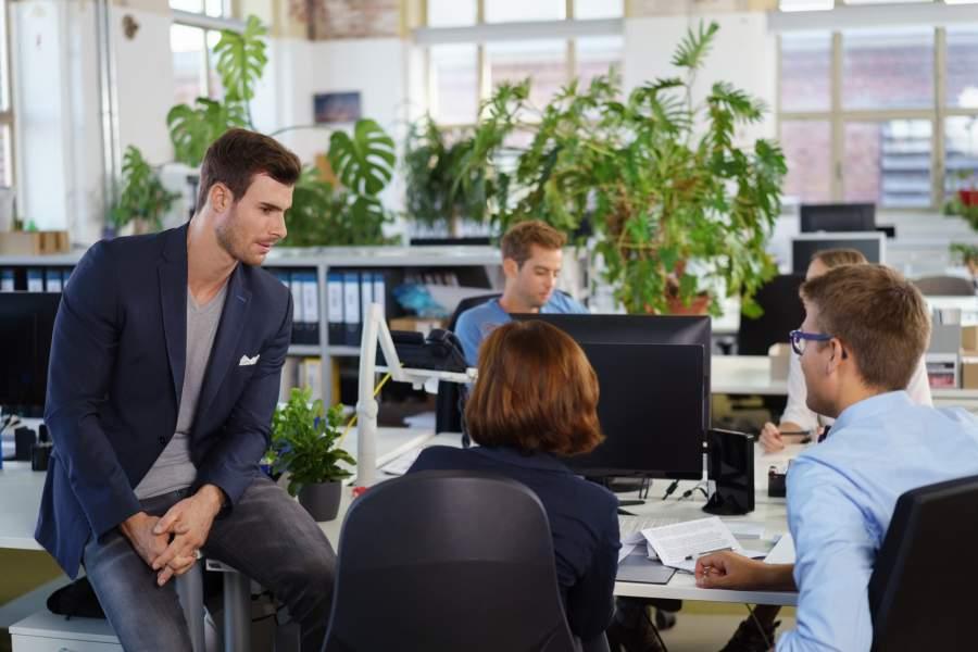 Großraumbüro, Team, Schreibtische, Mitarbeiter, idealer Büroarbeitsplatz, Tipps gegen Bürolärm, Arbeitsplatzgestaltung, Arbeitsplatz der Zukunft, Büroalltag