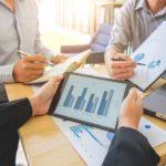 Statistiken, Diagramme, Besprechung, Datenerhebung, Mitarbeiter, Tablet, Besucherzahlen, Websiteoptimierung, Google Analytics erklärt