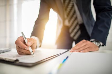 Unterschreiben, Business, Unternehmer, Deal, Tisch, Unterlagen, Vertrag, unterzeichnen, Kugelschreiber, Firmenlogo, Krawatte, individuelle Werbeartikel