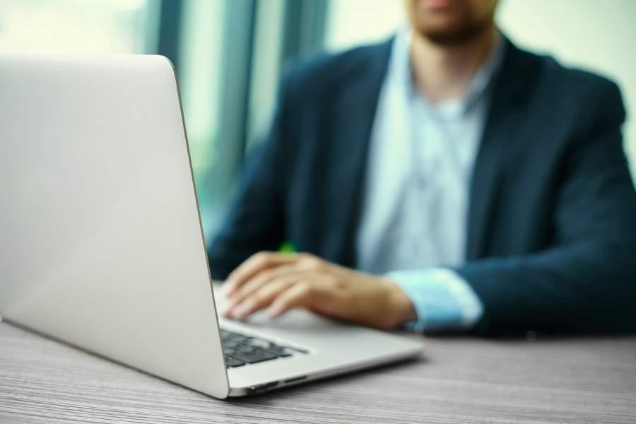 Mann, Laptop, Business, Schreibtisch, Texten, Online Marketing, Grundlagen für Social Media-Erfolg