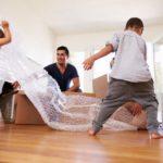 Familie, Paketlieferung, Mann, Kinder, Luftpolsterfolie, Online-Shops, Online-Bestellungen, Nachhaltigkeit im Online-Versand, Plastikmüll, Verpackungsmüll