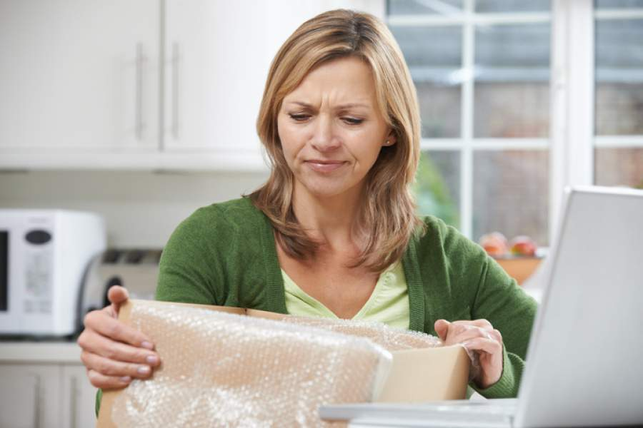 Verpackungsmüll, Plastikmüll, Ratlosigkeit, Müllentsorgung, Frau, Müllentsorgung, Nachhaltigkeit im Online-Versand