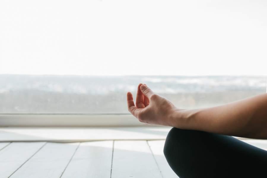 Meditation, Hand, Ausblick, Ruhe, Gelassenheit, innere Haltung, Zitate Selbstführung, gelungene Führungsarbeit