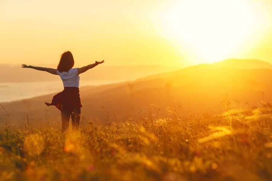 Frau, Sonnenstrahlen, Natur, Glücklich, sportlich, erfolgreich, Persönlichkeit, Glücksreport 2017, World Happiness Report 2017, Zufriedenheit der Deutschen