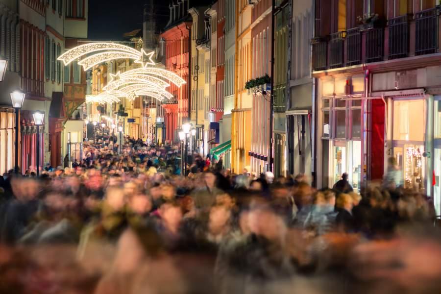 Menschenmenge, Gedränge, Fußgängerzone, Geschäfte, Weihnachtsdekoration, Weihnachtsstress, Weihnachtsmarketing, Werbung mit Weihnachtsrabatten