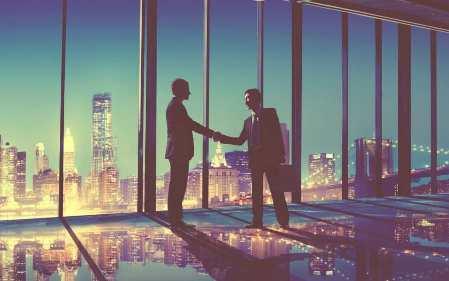 Handshake, Europäisch, Asiatishc, Skyline, Geschäftstreffen, Business Partners, Lichtreflexionen, Lächeln, internationale Geschäftspatner, Expansion, internationales SEO