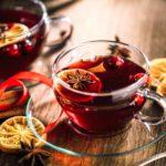 Glühwein, Tee, Orangen, Zimt, Weihnachten, Tisch, Glastasse, heiße Getränke, Weihnachtsfeier im Unternehmen, Last-Minute-Weihnachtsfeier