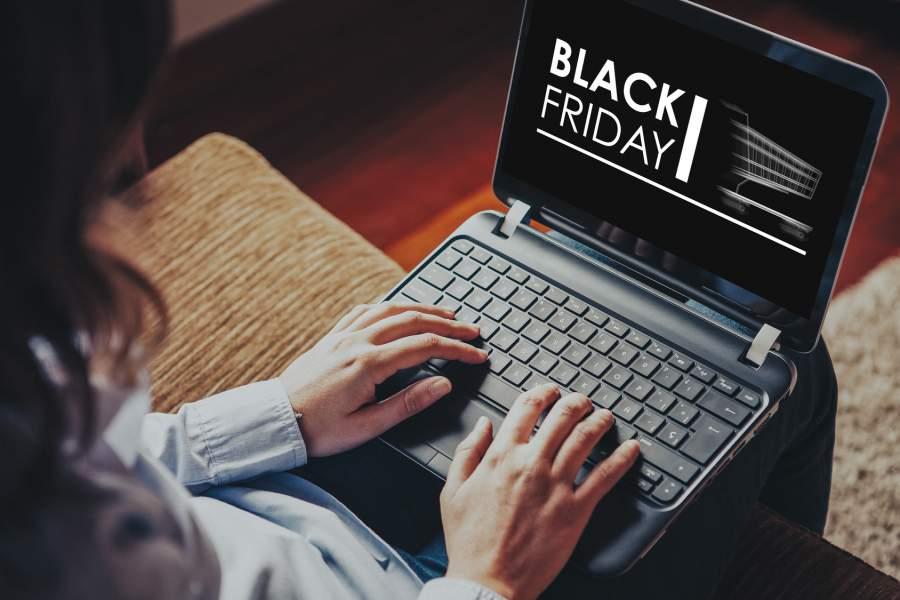 Home Shopping, Frau, Laptop, Online Shopping Black Friday, Tipps für den Black Friday 2017