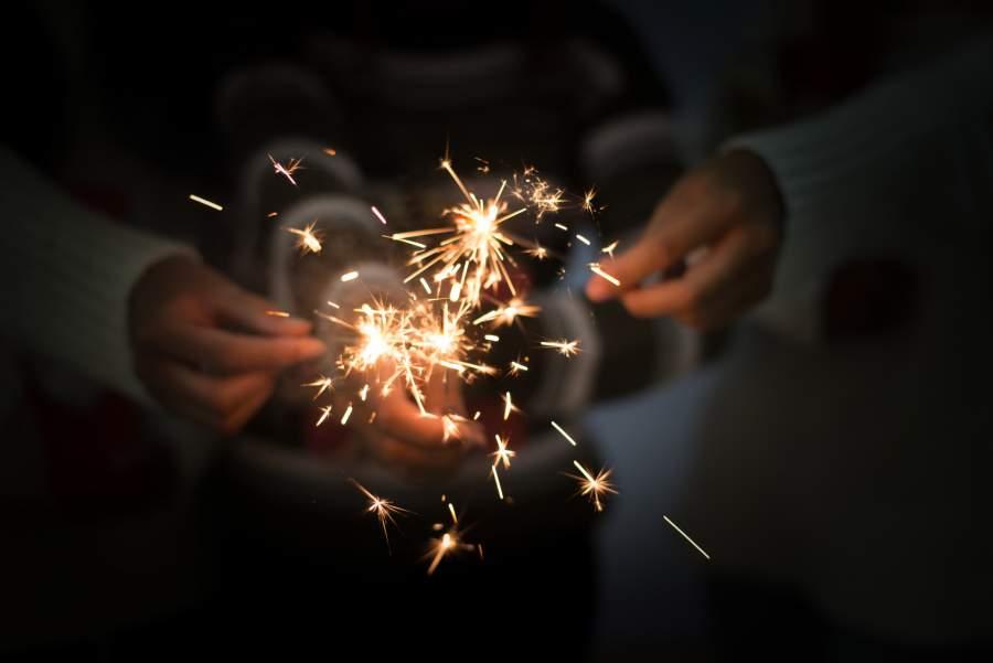 Wunderkerzen, Menschen, Feier weitergeben, anzünden, entflammen, Unternehmen und ihr Branding