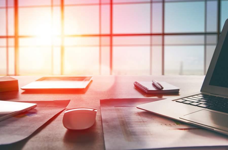Schreibtisch, Laptop, Maus, Unterlagen, Notizbuch, Sonnenaufgang, Lichteinfall, Jahreswechsel, Neuregelungen, Änderungen 2018 für Verbraucher