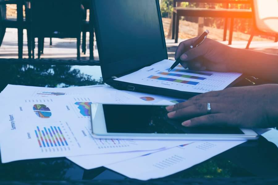 Statistiken, Tablet, Laptop, Tisch, Arbeiten im Freien, Schreiben, Datenauswertung, Datenanalse, Neuregelungen, Änderungen, Dezember 2017, Jahreswechsel 2018