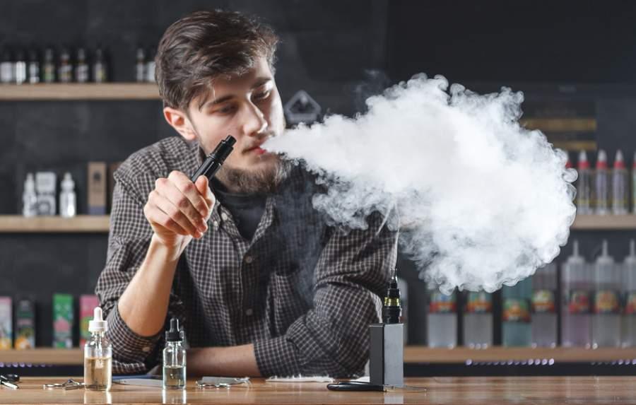 Mann, Vaper, Vape, Dampfer, E-Zigaretten, Liquids,