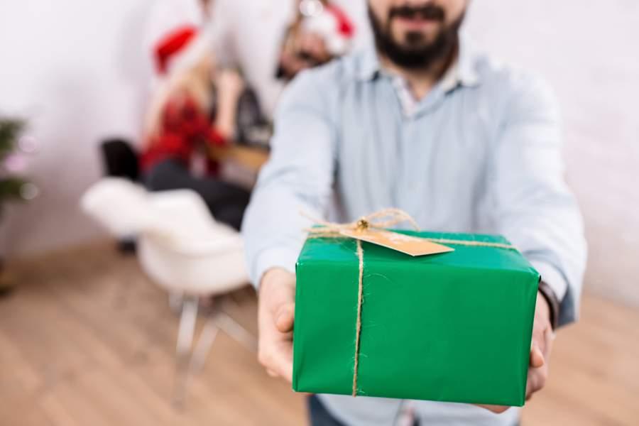 Geschenk, Menschen, Personen, Weihnachten feiern, Stuhl, Geschenkübergabe, Geschenke suchen, das richtige GEschenk zu Weihnachten, die beliebtesten Geschenke zu Weihnachten