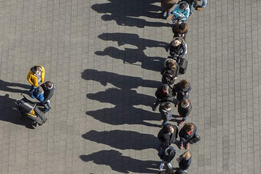 Warteschlange, Menschenschlange, wartende Menschen, draußen, Platz, Unterhalten, Warten, guter Service im Weihnachtsansturm