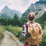 Wanderer, Wanderung, Rucksack, Natur, Schotterweg, Kiesweg, Natur, unbekannte Wege, Neujahr, gute Vorsätze für das neue Jahr